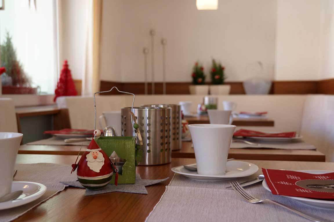 Breakfast room with Christmas decorations