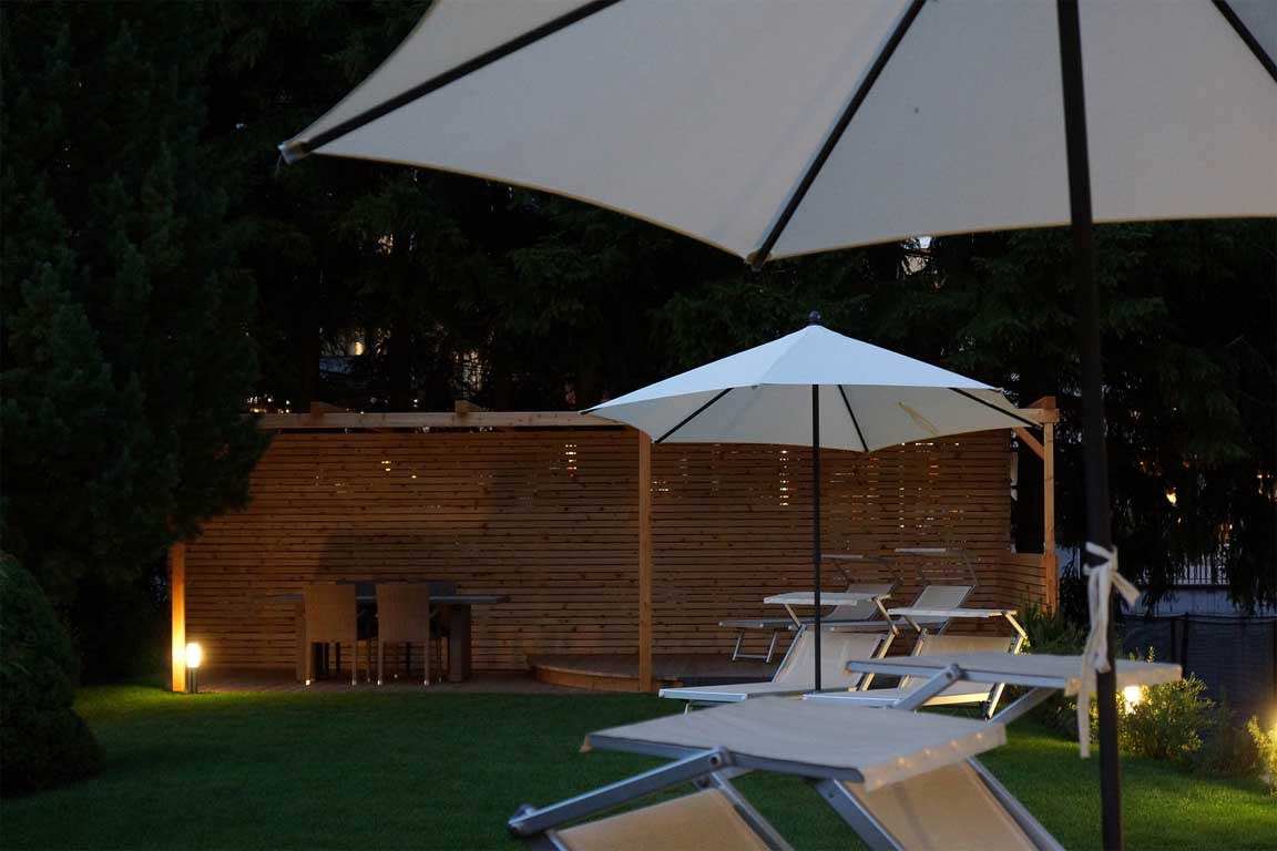 Private garden with sun beds, sunshades and pergola