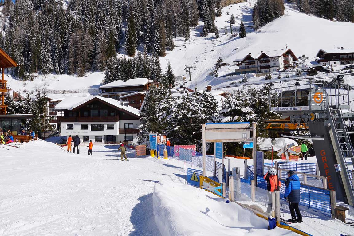 Sella Ronda: Ski slope Freina to the Garni Hotel Arya Alpine Lodge in winter