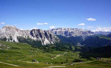 Hiking, walking on Seceda, Sas Rigais - view towards Sassolungo, Dolomites